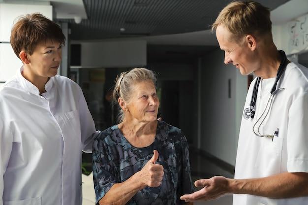 Lekarze i pacjenci w podeszłym wieku