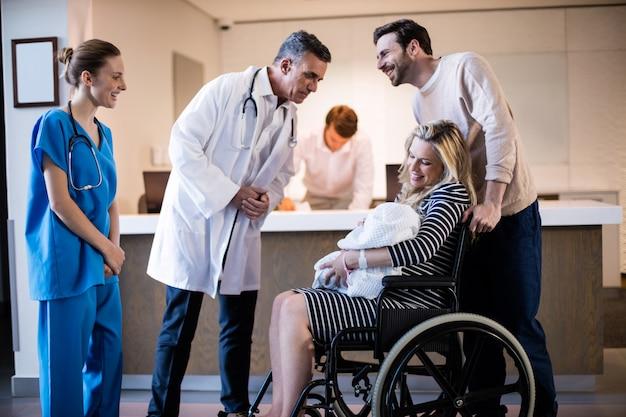 Lekarze i pacjenci wchodzący w interakcje