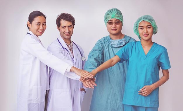 Lekarze i pielęgniarki koordynują ręce. koncepcja pracy zespołowej