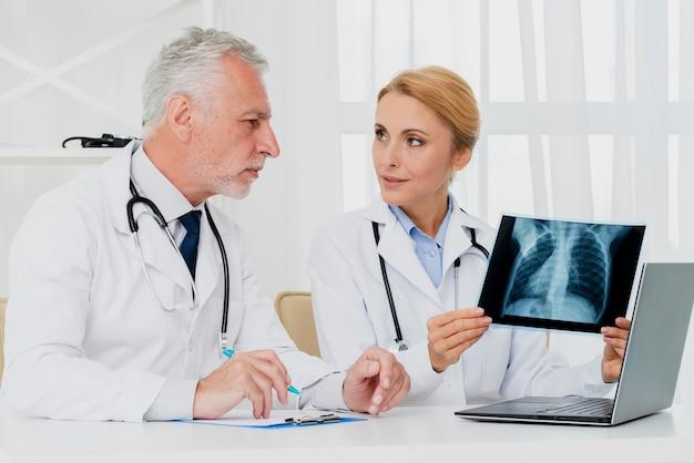 Lekarze konsultujący się z promieniowaniem rentgenowskim