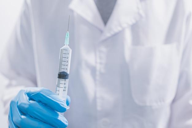 Lekarze lub naukowcy używają szczepionek do walki z covid-19 lub wierzą w inne choroby.