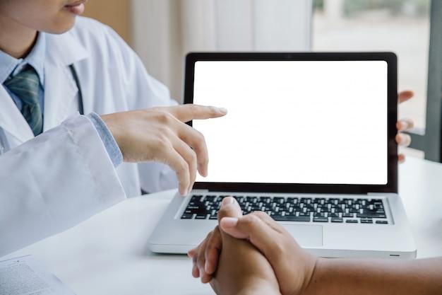 Lekarze mający dyskusję na temat diagnozy pacjenta