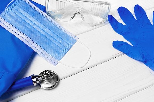 Lekarze mundurowi z maską, stetoskopem i innymi narzędziami