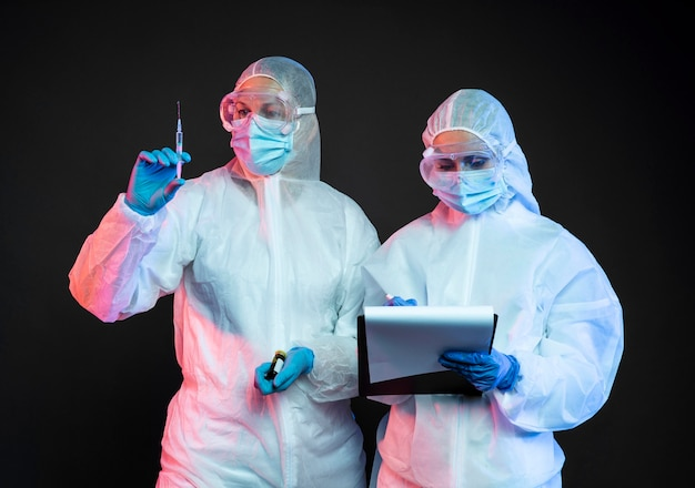 Lekarze noszący ochronny sprzęt medyczny