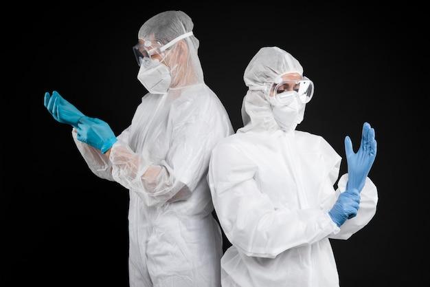Lekarze noszący specjalny sprzęt medyczny