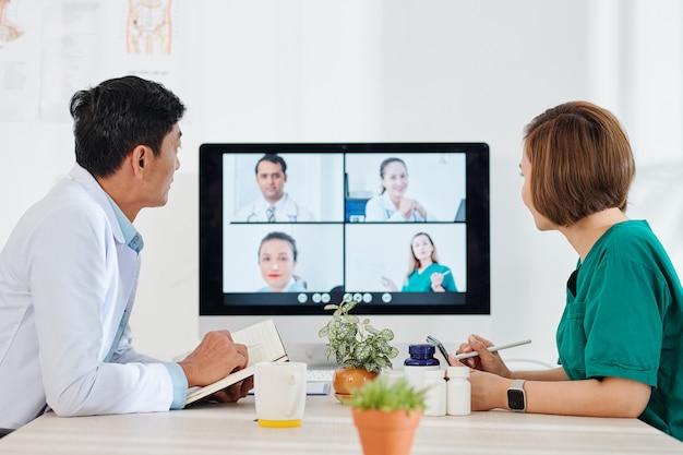 Lekarze odbywają konferencję online z kolegami z innych szpitali na temat najnowszych leków i metod diagnostyki