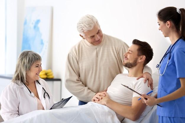 Lekarze odwiedzający pacjenta w szpitalu