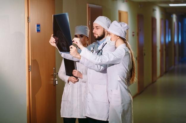Lekarze oglądając prześwietlenie pacjenta.