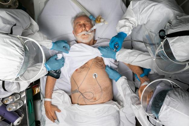 Lekarze opiekujący się pacjentem z bliska