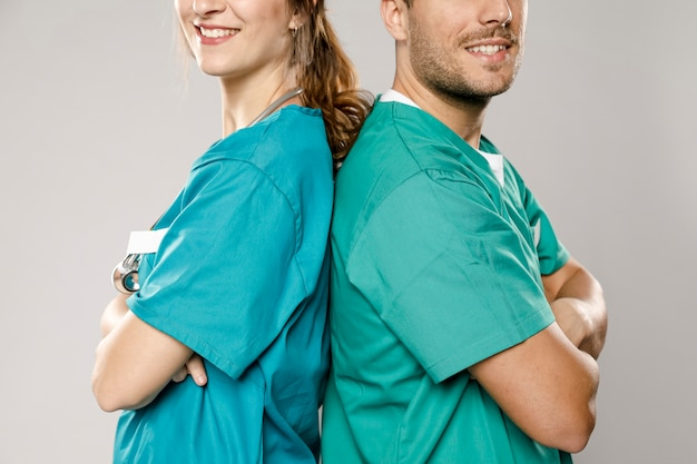 Lekarze pozujący do siebie