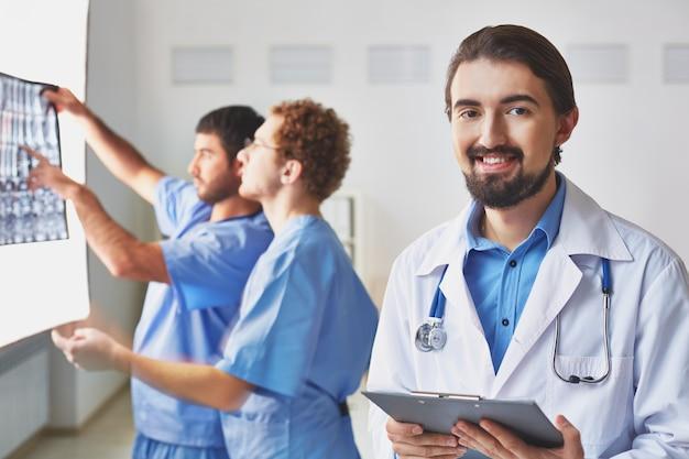 Lekarze pracujący ciężko