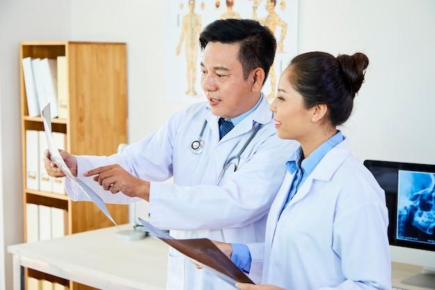 Lekarze pracujący w zespole w biurze