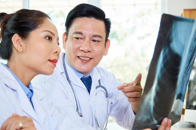Lekarze pracujący w zespole w szpitalu