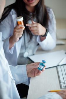 Lekarze przepisujący leki przeciwdepresyjne pacjentowi, który został zaszczepiony szczepionką przeciwko koronawirusowi