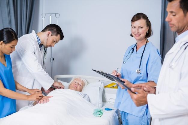 Lekarze przeprowadzający badanie pacjenta na oddziale