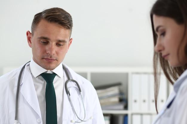 Lekarze rozmawiają podczas spotkania