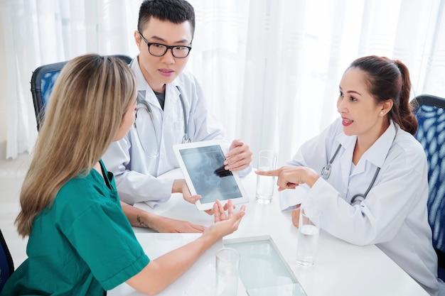 Lekarze rozmawiający o chorobach mózgu
