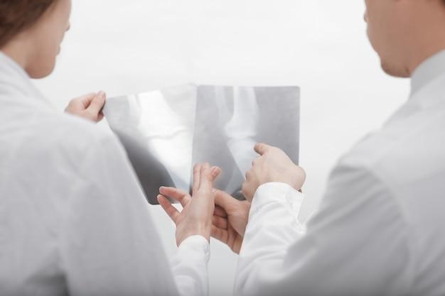 Lekarze są diagnostami omawiającymi prześwietlenie pacjenta
