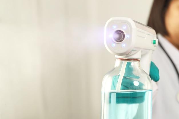 Lekarze spryskują ojca inhalatorami alkoholowymi, aby zabić covid-19.