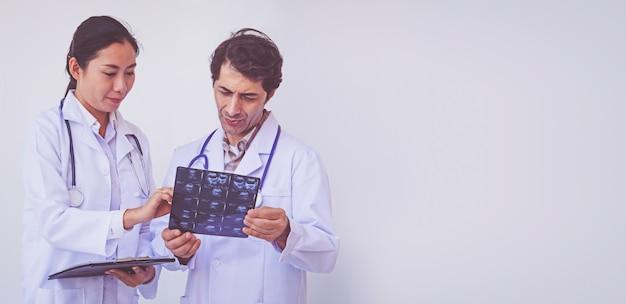 Lekarze trzyma schowek z receptą, pojęcie praca zespołowa