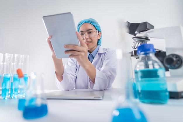 Lekarze używają tabletów do analizowania wyników leczenia i studiowania nauk medycznych.