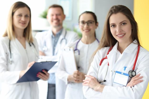 Lekarze w białych fartuchach stoją razem