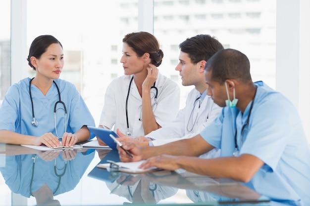 Lekarze w spotkaniu w szpitalu
