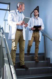 Lekarze wchodzący w interakcje ze sobą na schodach