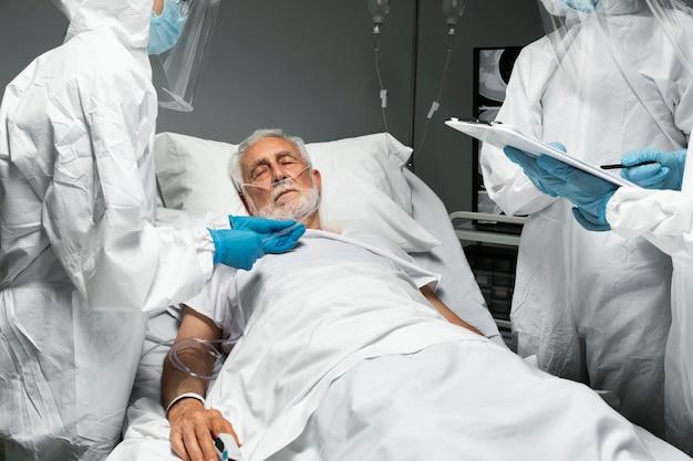 Lekarze z bliska sprawdzają pacjenta