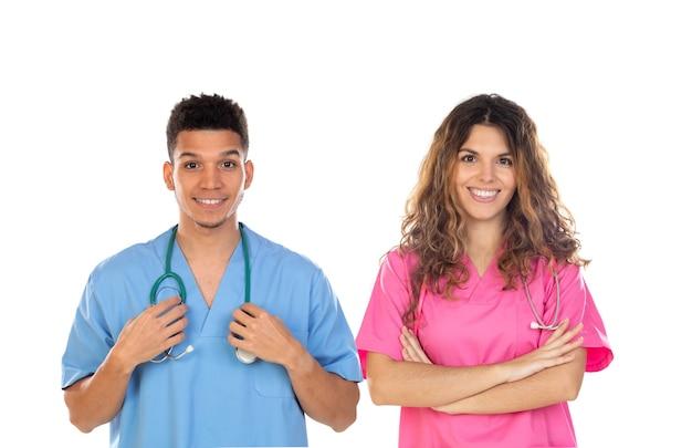 Lekarze z kolorowymi mundurami na białym tle