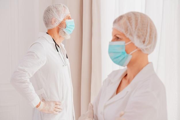 Lekarze z maską na twarz myślą, że są gotowi do pracy