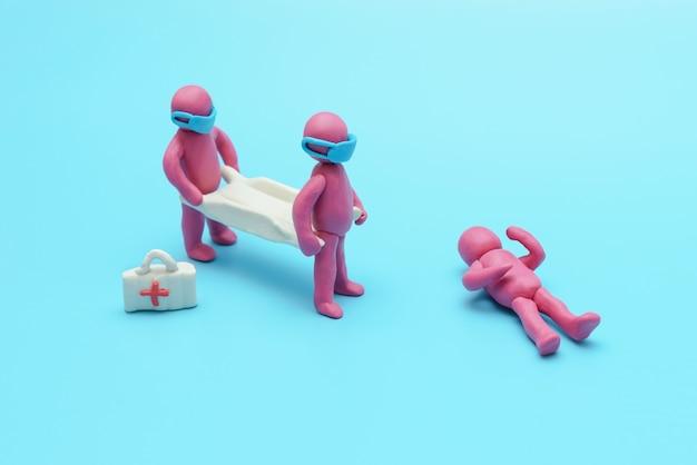 Lekarze z noszami ratują osobę
