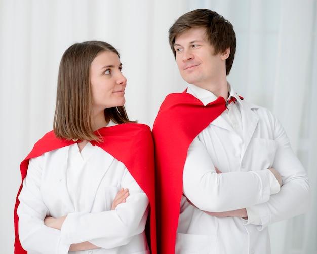 Lekarze z pelerynami, patrząc na siebie