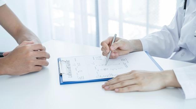 Lekarze zgłaszają wyniki badań lekarskich i zalecają pacjentom leki.