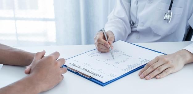 Lekarze zgłaszają wyniki badań lekarskich i zalecają pacjentom leki