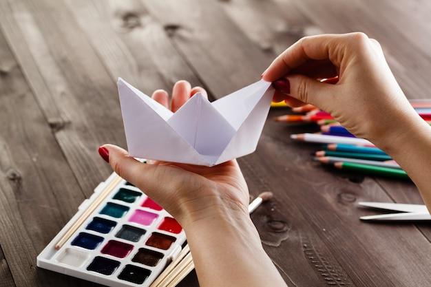 Lekcja przygotowana przez kobietę do zrobienia origami z papieru