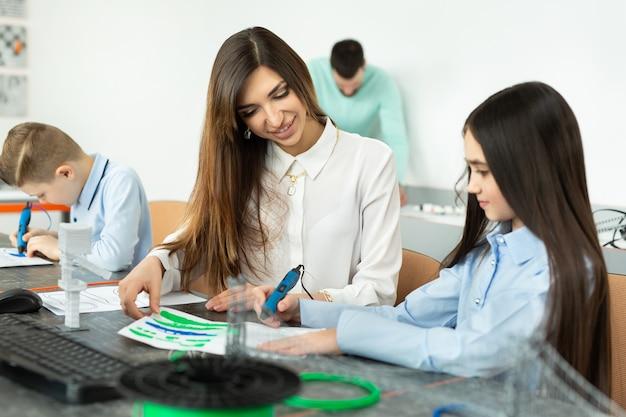 Lekcja w sali robotyki. mama i córka używają pióra do drukowania 3d. koncepcja kreatywna, technologia, rozrywka, edukacja