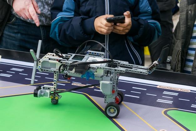 Lekcje robotyki. chłopcy i dziewczęta konstruują i programują kod robot lego mindstorms ev3