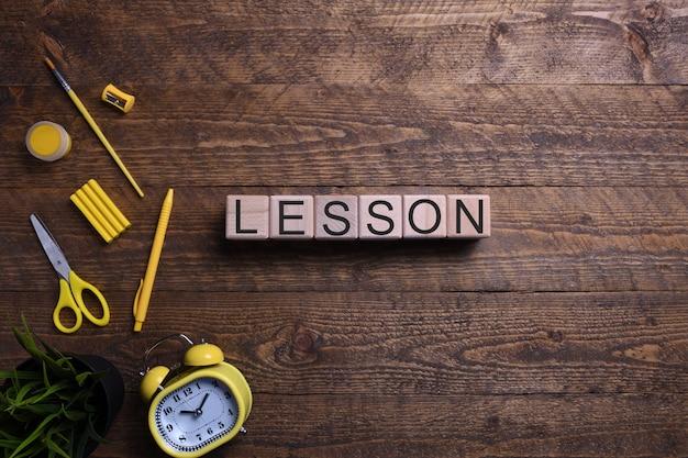 Lekcji słowa drewniane kostki, bloki na temat edukacji, rozwoju i szkolenia na drewnianym stole. widok z góry. miejsce na tekst.