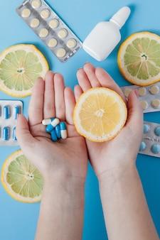 Leki, pigułki, termometr, tradycyjna medycyna na przeziębienia, grypę, upał na niebieskim tle.