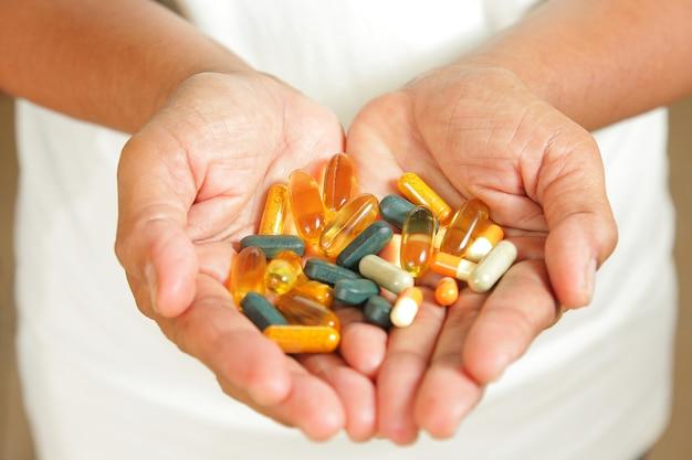Leki w rękach osób starszych.
