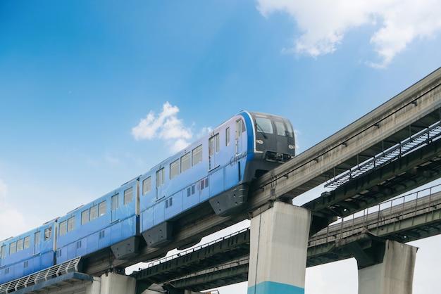 Lekka kolej jeździ po mostach z dużą prędkością w chongqing w chinach