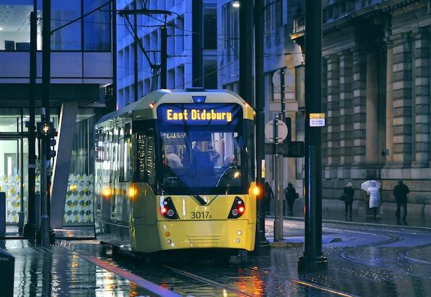 Lekka kolej metrolink i żółty tramwaj w manchesterze w wielkiej brytanii