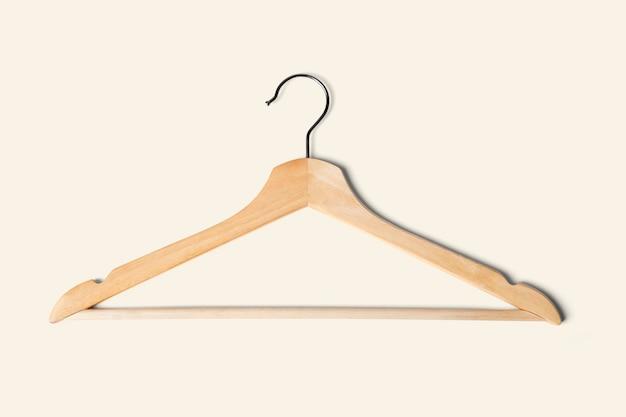 Lekki drewniany wieszak na ubrania z bliska