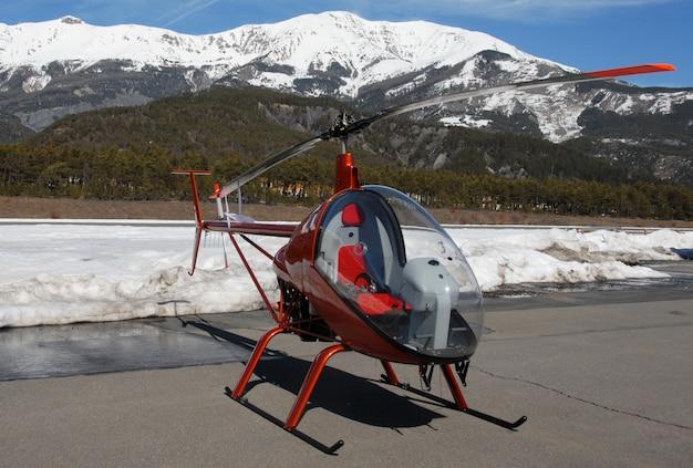Lekki helikopter na lotnisku