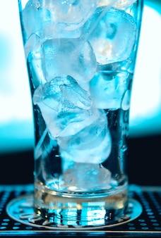 Lekki koktajl z kostkami lodu. jasne tło