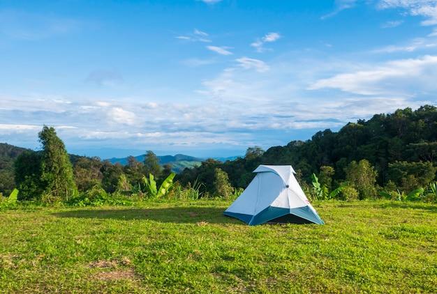Lekki namiot do oglądania mgły i wschodu słońca w leśnym obozie wśród łąk.