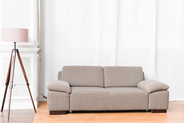 Lekki, nowoczesny salon z wygodną sofą