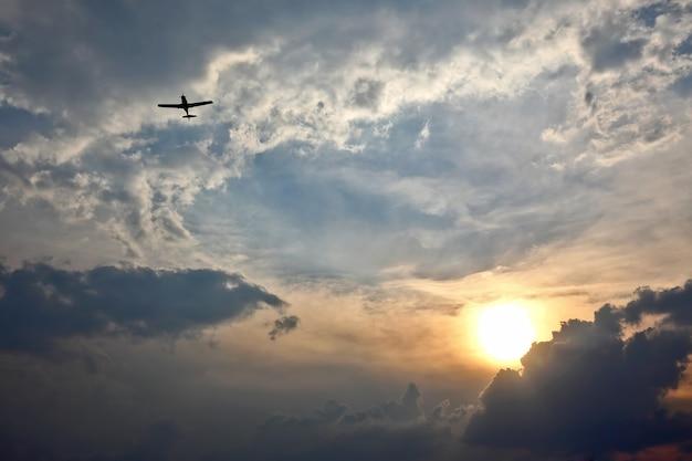 Lekki samolot lecący na niebie o zachodzie słońca