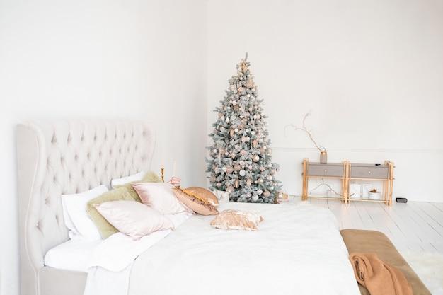 Lekki świąteczny pokój z choinką.